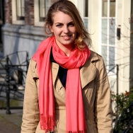 Overdose_Fashion-Population_Amsterdam-Street-Style_Beige-Trenchcoat_Pink-Scarf
