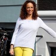 Overdose_Amsterdam-Street-Style_Fashion-Population_Yellow-Pants_Curls