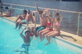 Flirting and splashing in bikini at BadBuiten
