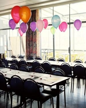 Coloured balloons uit de serie Habitus (c) Sarah Carlier